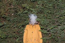 Tower, κίντρινο μπουφαν, άνδρας, καπνός στο κεφάλι