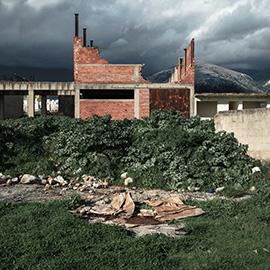 Terra Drama, μισοτελειωμένο κτίριο, τούβλα