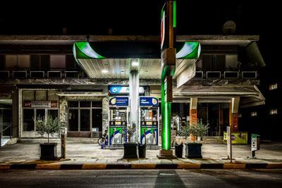 νυχτερινή γωτογραφία από ένα βενζινάδικο