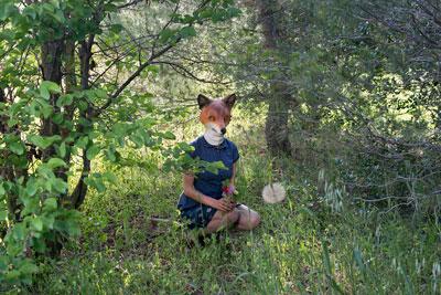 inner fauna, γυναικα με μάσκα αλεπούς στο δάσος