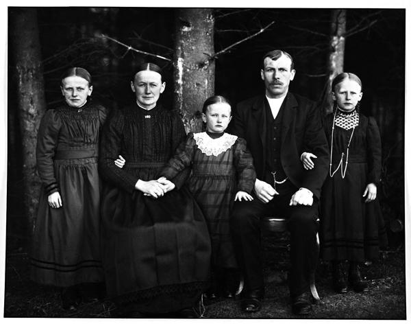 ασπρόμαυρη οικογενειακή φωτογραφία εποχής