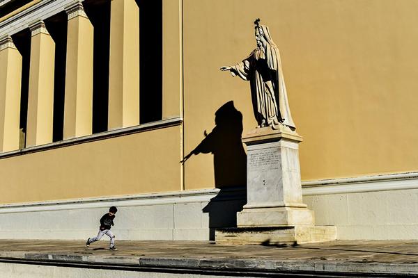 άγαλμα, κτήριο, παιδί που τρέχει