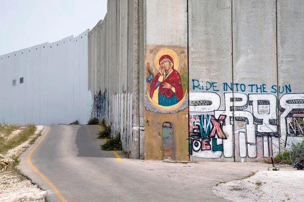 Εικόνα της «Παναγίας που γκρέμισε τους τοίχους» στο Διαχωριστικό Τείχος μεταξύ Βηθλεέμ και Ιερουσαλήμ, 2014