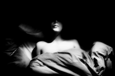γυναίκα ξαπλωμένη σε κρεβάτι, ασπρόμαυρη φωτογραφία