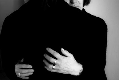 άνθρωποι ντυμένοι στα μαύρα αγκαλιαζονται