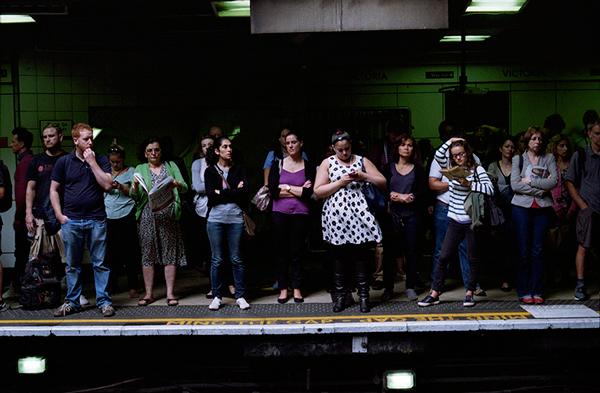άνθρωποι σε μετρό