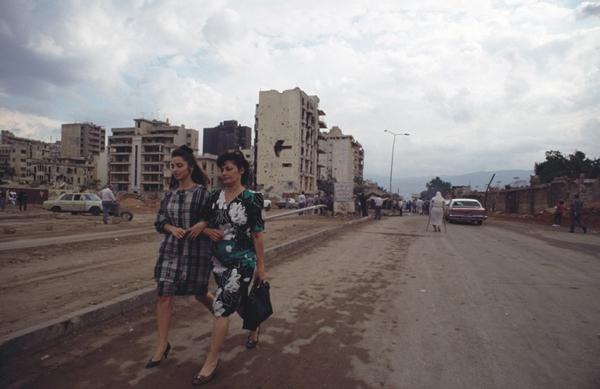 γυναίκες περπατάνε αγκαζέ σε χωματόδρομο πόλης / Αναζήτηση_Λίβανος