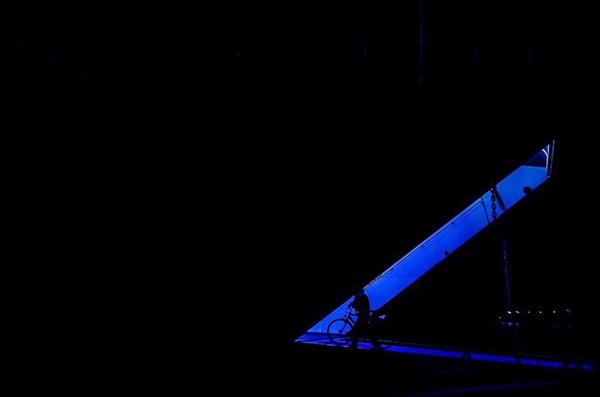 μπλε φως, άνθρωπος με ποδήλατο
