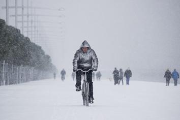 άνθρωπος μέσα στο χιόνι με ποδήλατο