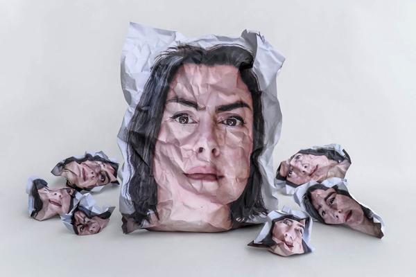 αυτοπορτραίτο, πρόσωπο σε τσαλακωμένο χαρτί