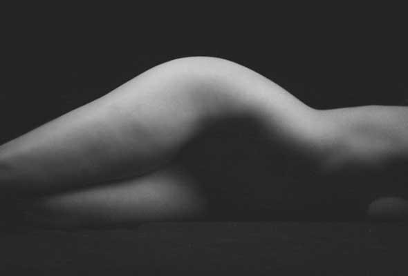 ασπρόμαυρη φωτογραφία μίας γυμνής γυναίκας
