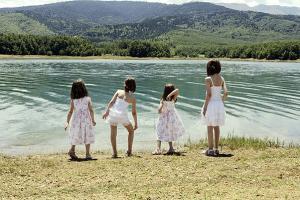 κορίτσια με φορέματα δίπλα στη λίμνη