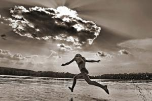 αθλήτρια τρέχει προς το νερό