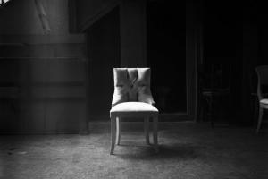 ασπρόμαυρη φωτογραφία, καρέκλα σε εγκαταλελειμενο κτήριο