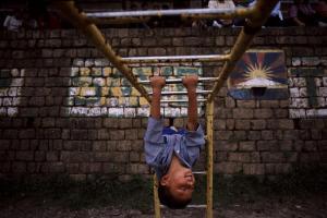 παιδί παίζει σε παιδική χαρά