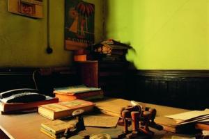 εσωτερικός χώρος καπνομάγαζων, μικροαντικείμενα σε γραφείο