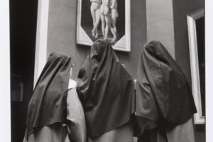 καλόγριες κοιτάνε έκθεμα με γυμνούς άντρες στο Λούβρο