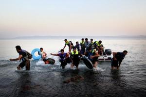 άνδρες με σωσίβια γιλάκα βγαίνουν απο μία βάρκα