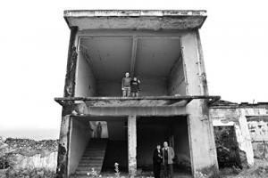 θεμέλια εγκαταλελειμένου σπιτιού, στα ανπιχτά μέρη ποζάρους άνθρωποι