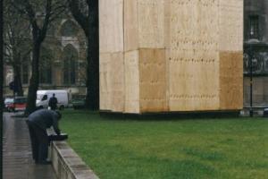 γιγάντιο ξύλινο κουτί σε πάρκο δίπλα σε δρόμο