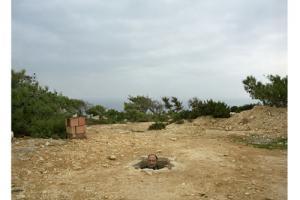 άνδρας βγάζει το κεφάλι του μέσα από μια τρύπα στο έδαφος