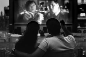 ζευγάρι βλέπει θερινό σινεμά
