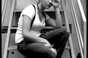 πορτραίτο γυναίκας καθισμένης σε σκάλες