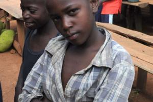 έγχρωμο παιδάκι ποζάρει σε κάποια υπαίρθρια αγορά