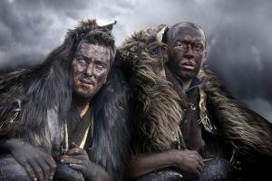άντρες ντυμένοι με δέρματα ζώων και κουδούνες στον αλευροπόλεμο