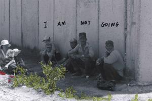 άνδρες καθισμένοι με την πλάτη στον τοίχο, I am not gioing