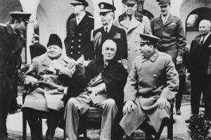 αρχηγοί κρατών σε αναμνηστική φωτογραφία μετά την υπογραφή συνθήκης