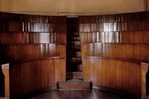 παλιό αμφιθέατρο σχολής, ξύλινα έδρανα
