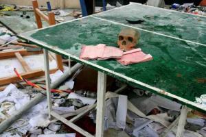 ανθρώπινο κρανίο και ανοιχτά βιβλία πάνω σε τραπέζι με πράσινη τσόχα, εγκαταλελειμένος χώρος