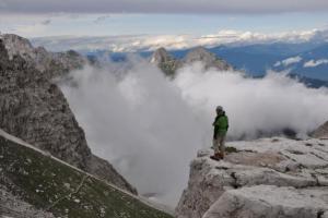 ορειβάτης στην άκρη κάποιου βουνού