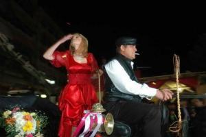 άνδρας και γυναίκα ντυμένη στα κόκκινα πάνω σε μηχανή