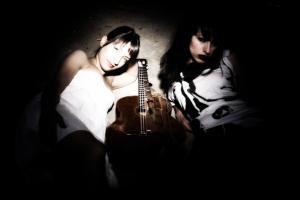 γυναίκες ποζάρουν, χαμηλός φωτισμός, κιθάρα
