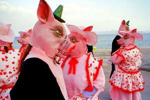άνθρωποι μασκαρεμένοι ως γουρούνια