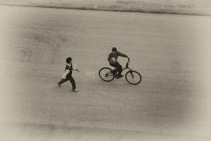 παιδί κάνει ποδήλατο και ένα άλλο τρέχει απο πίσω