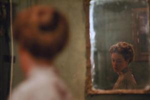 αντανάκλαση γυναιίκας σε καθρέφτη