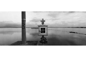 εκκλησάκι σε μια λίμνη