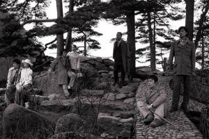 7 άντρες σε ένα δάσος