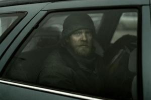 άνδρας μέσα σε αυτοκίνητο