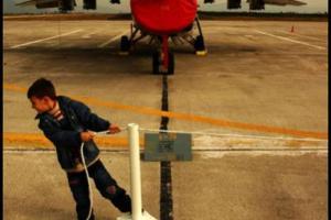 παιδί μπροστά από αεροπλάνο
