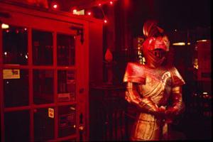 άντρας ντυμένος με πανοπλια σε νυχτερινό κέντρο