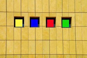 κίτρινος τοίχος κτηρίου, κιτρινο, μπλε, κοκκινο, πράσινο