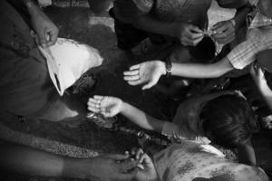 παιδιά απλώνουν τα χέρια για να τους δώσουν πράγματα