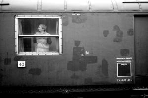 γυναίκα όρθια σε παράθυρο τρένου