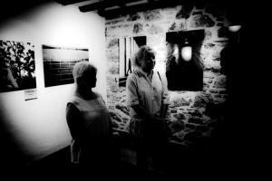 ασπρόμαυρη φωτογραφία, δύο γυναίκες σε εκθεσιακό χωρο