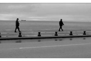 2 άντρες περπατάνε στη παραλία Θεσσαλονίκης