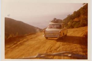αυτοκίνητο δεκαετίας '60 με κανό στην οροφή σε κάποιο επαρχιακό χωμάτινο δρόμο